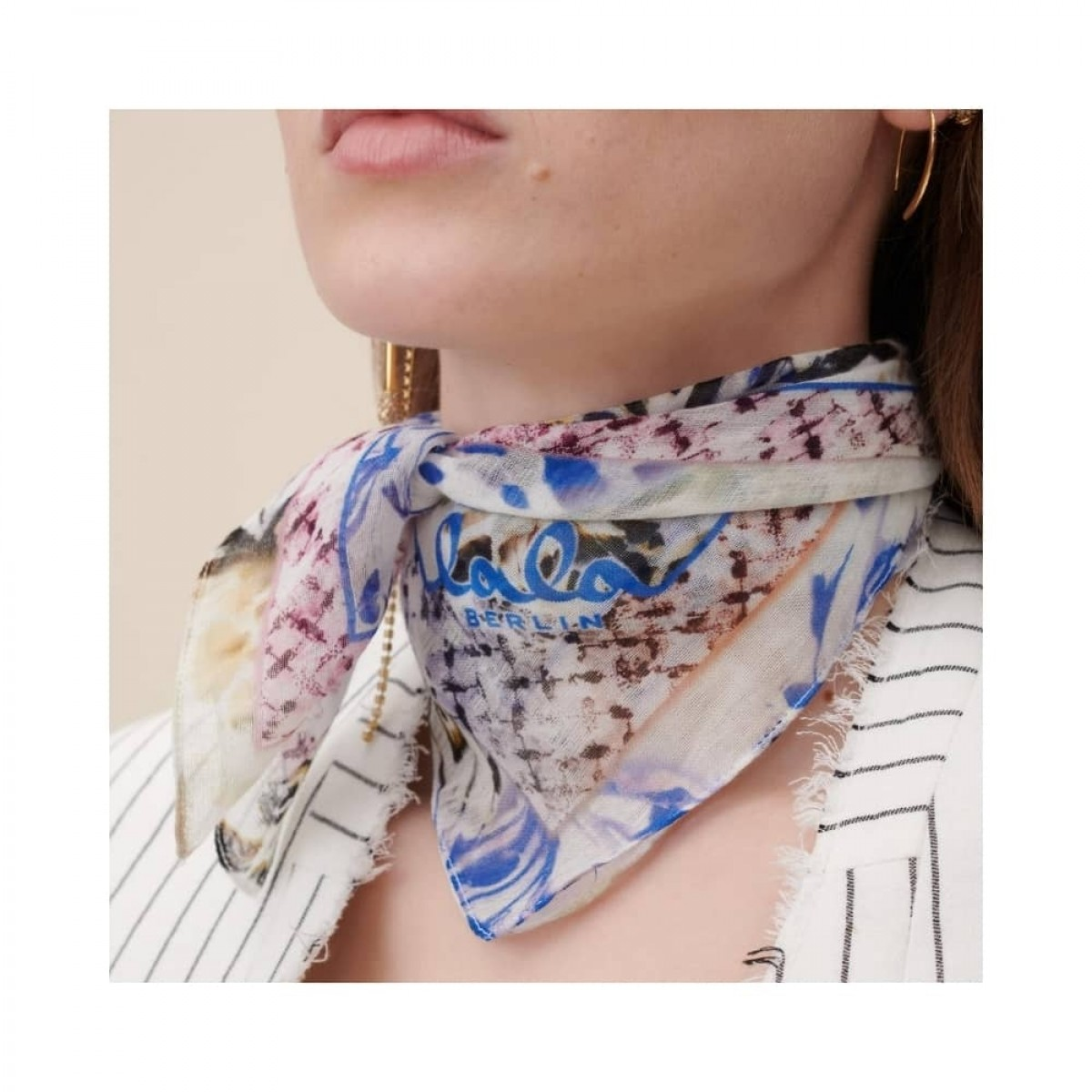 cotton voile tørklæde - butterfly blue - model tæt på