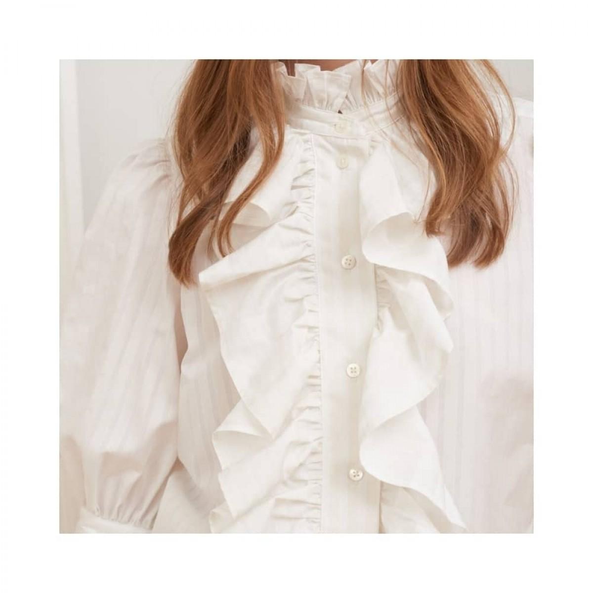joanna skjorte - vanilla stripe - model front detalje