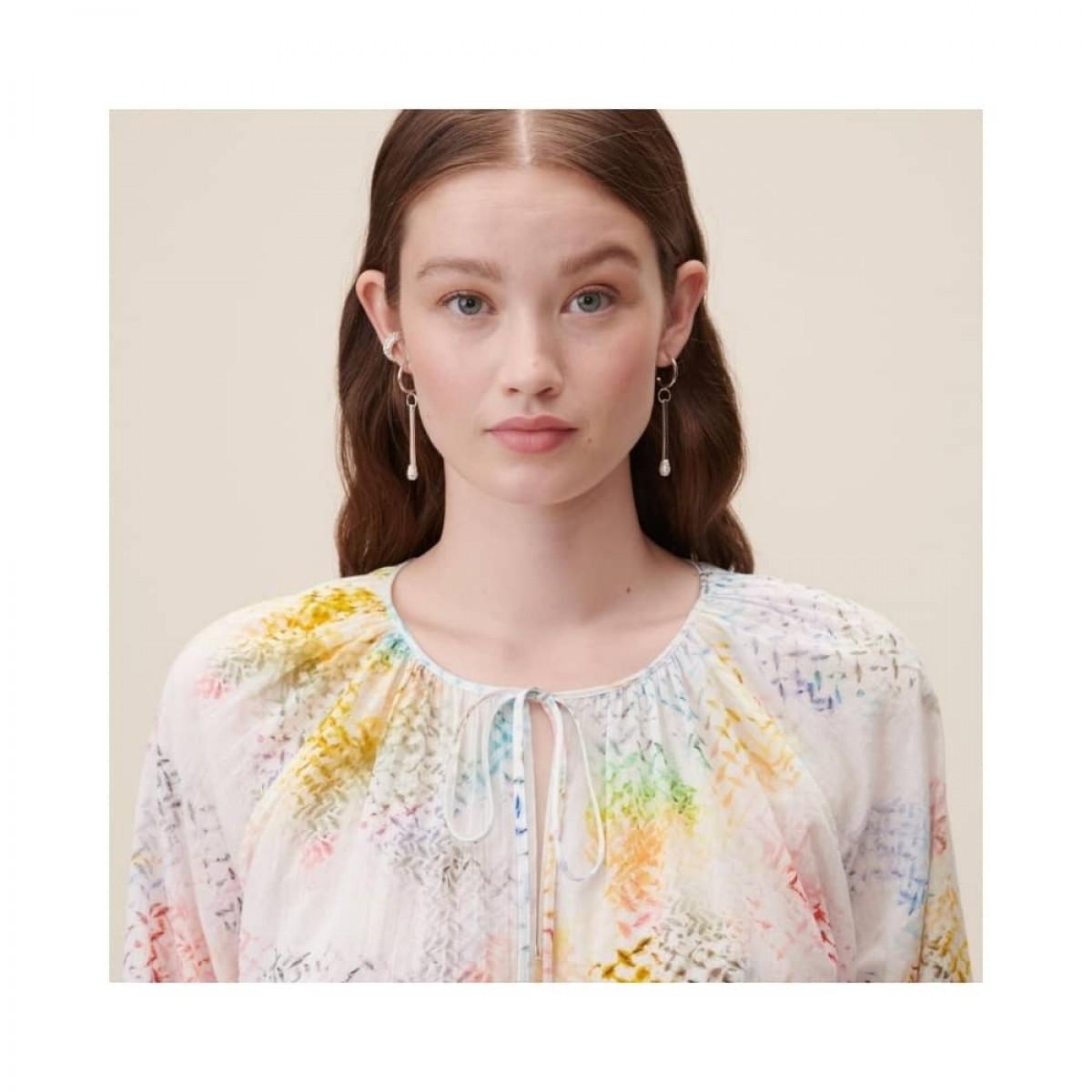binia bluse - rainbow kufiya - model hals detalje