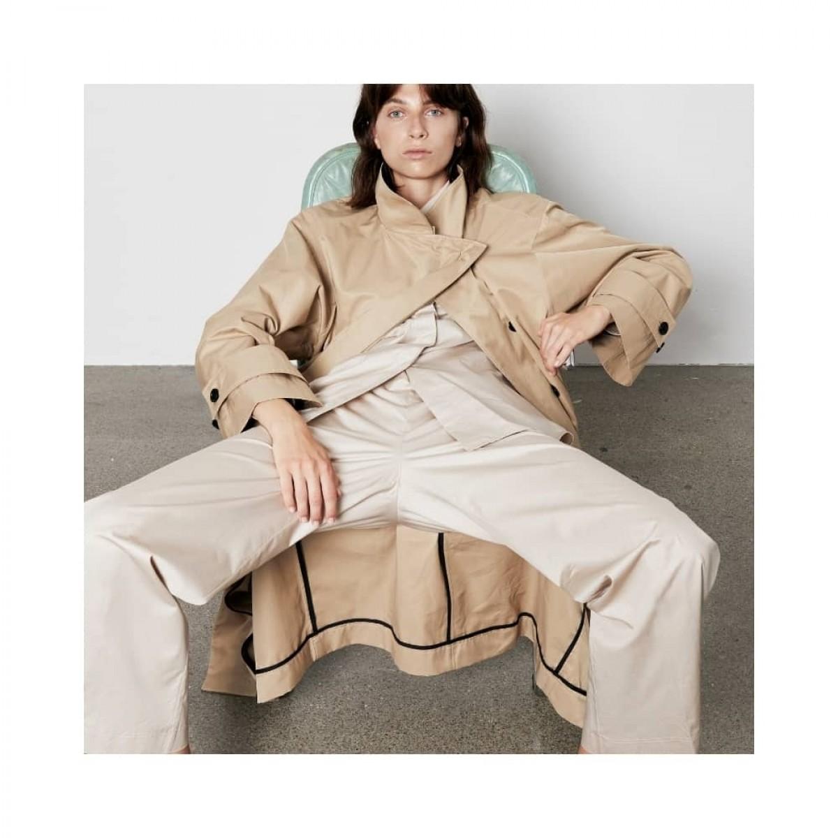 ricka coat - sand - siddende model