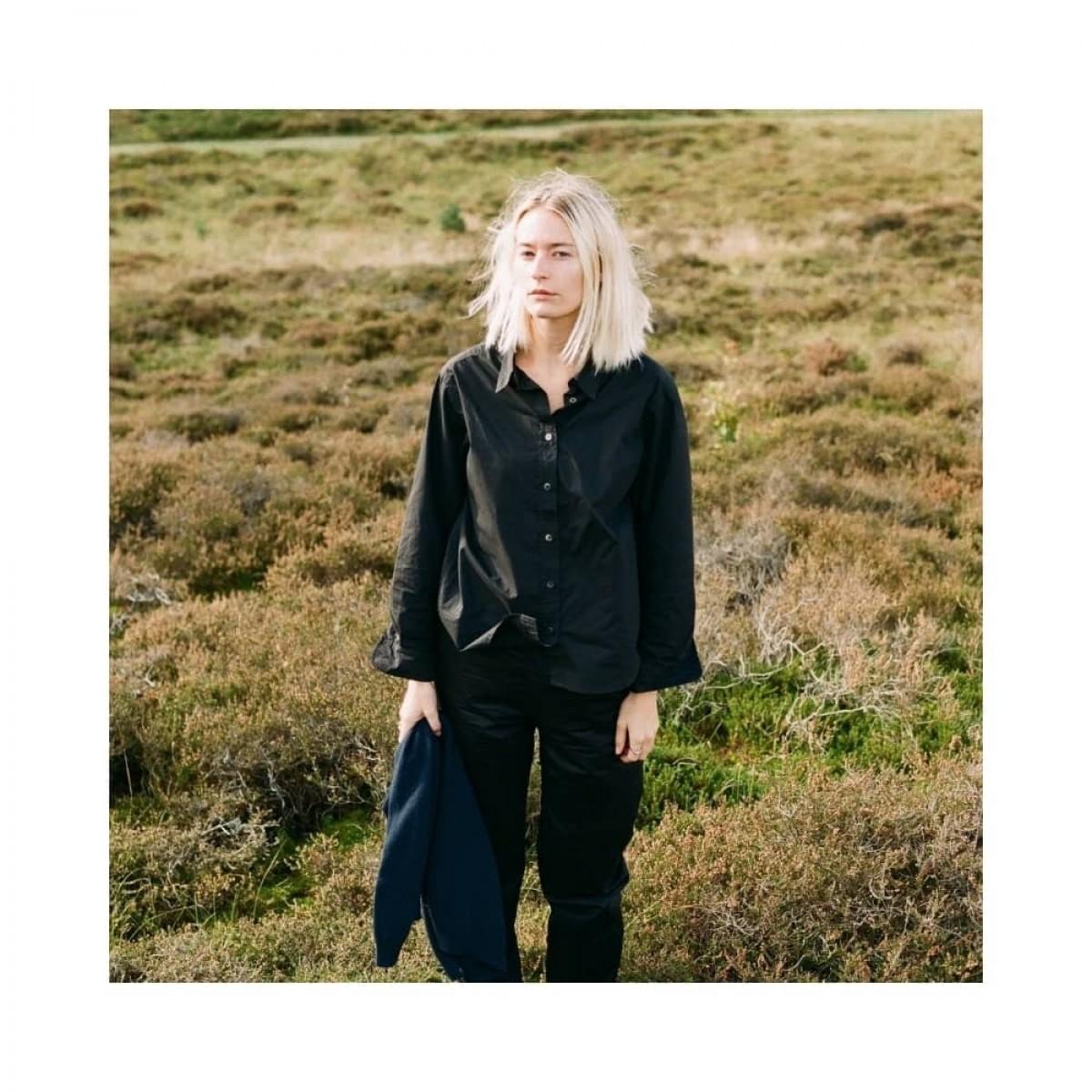 cora skjorte - black - model billede