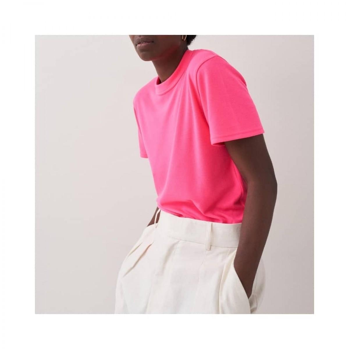 mia t-shirt - neon pink - model fra siden
