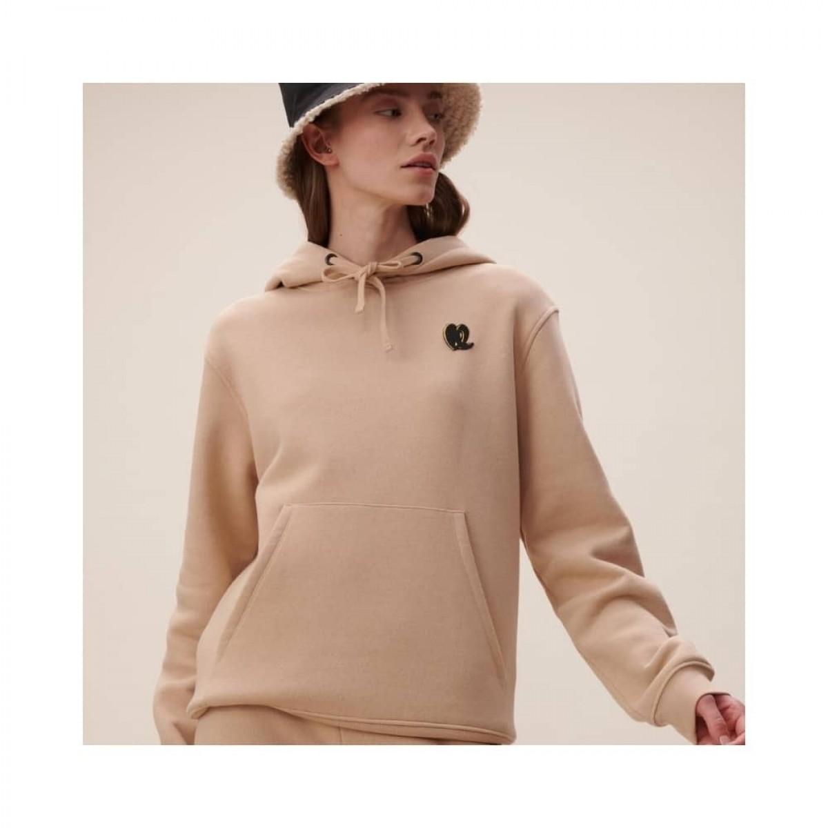 hoodie irmin heart - nomad camel - model fra siden