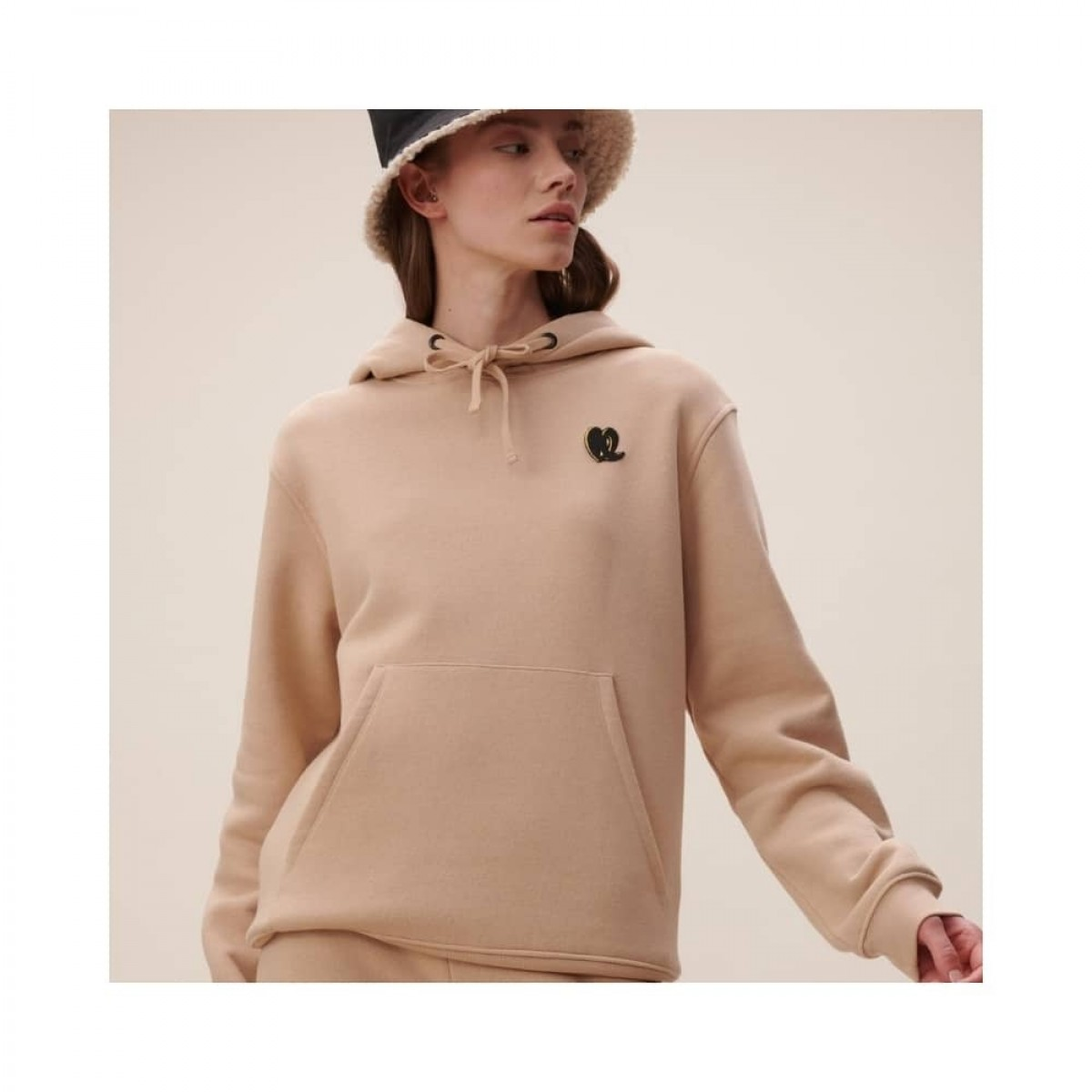 hoodie irmin heart - nomad camel - model logo