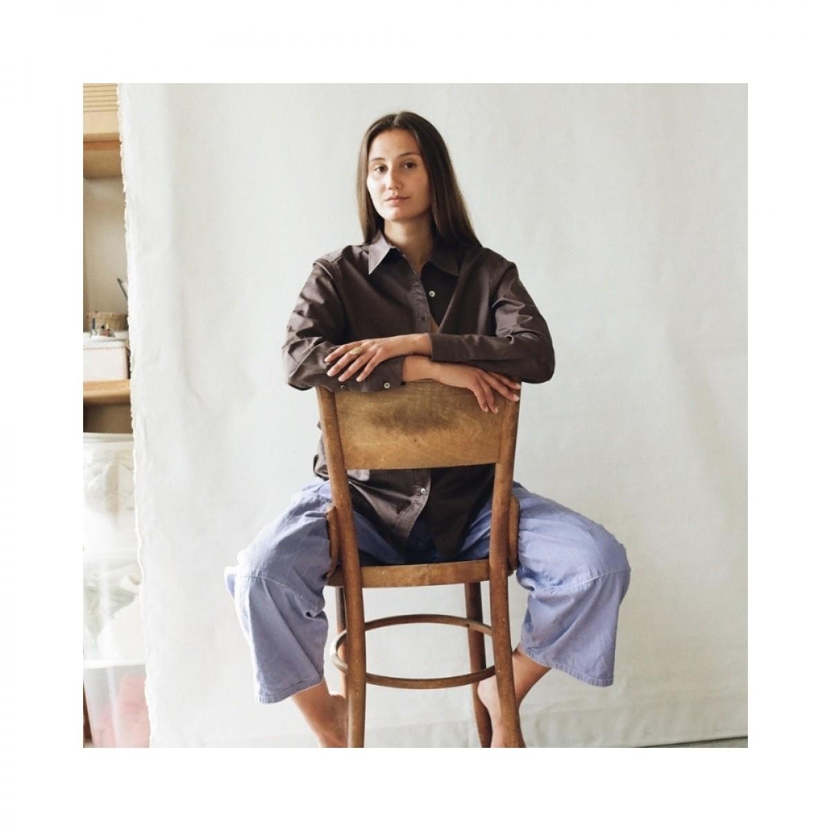 cora shirt - chocolate - siddende model