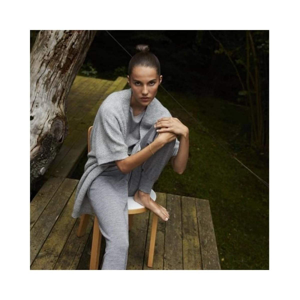 karina pants - grey melange - model på stol