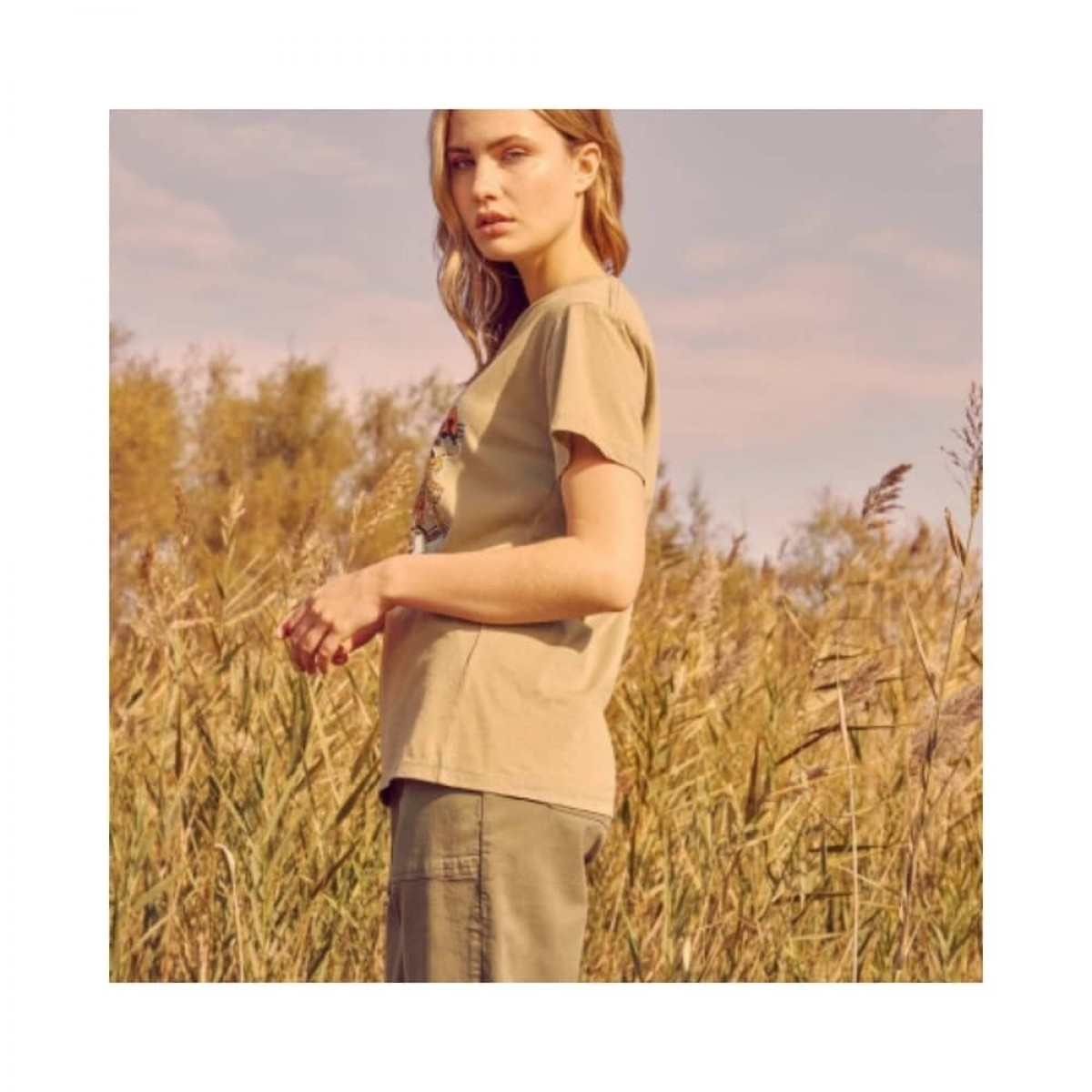 twiggy t-shirt - olive - model fra siden