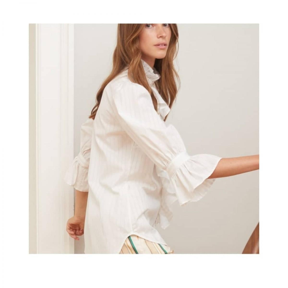 joanna skjorte - vanilla stripe . model fra siden