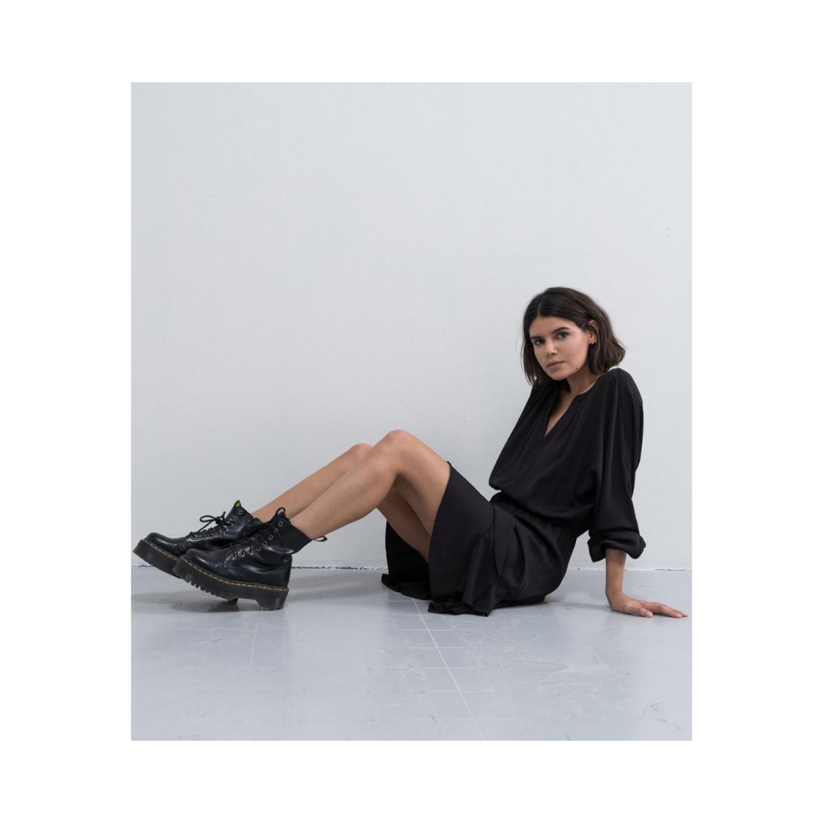 hiromi kjole - black - siddende model billede