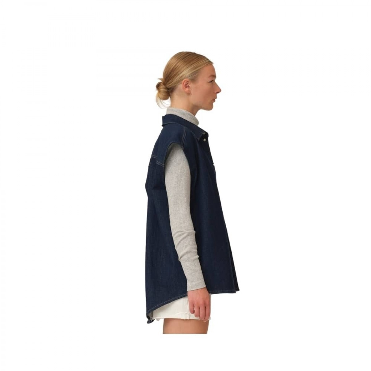 bowie oversize sl. less shirt - denim blue - model fra siden
