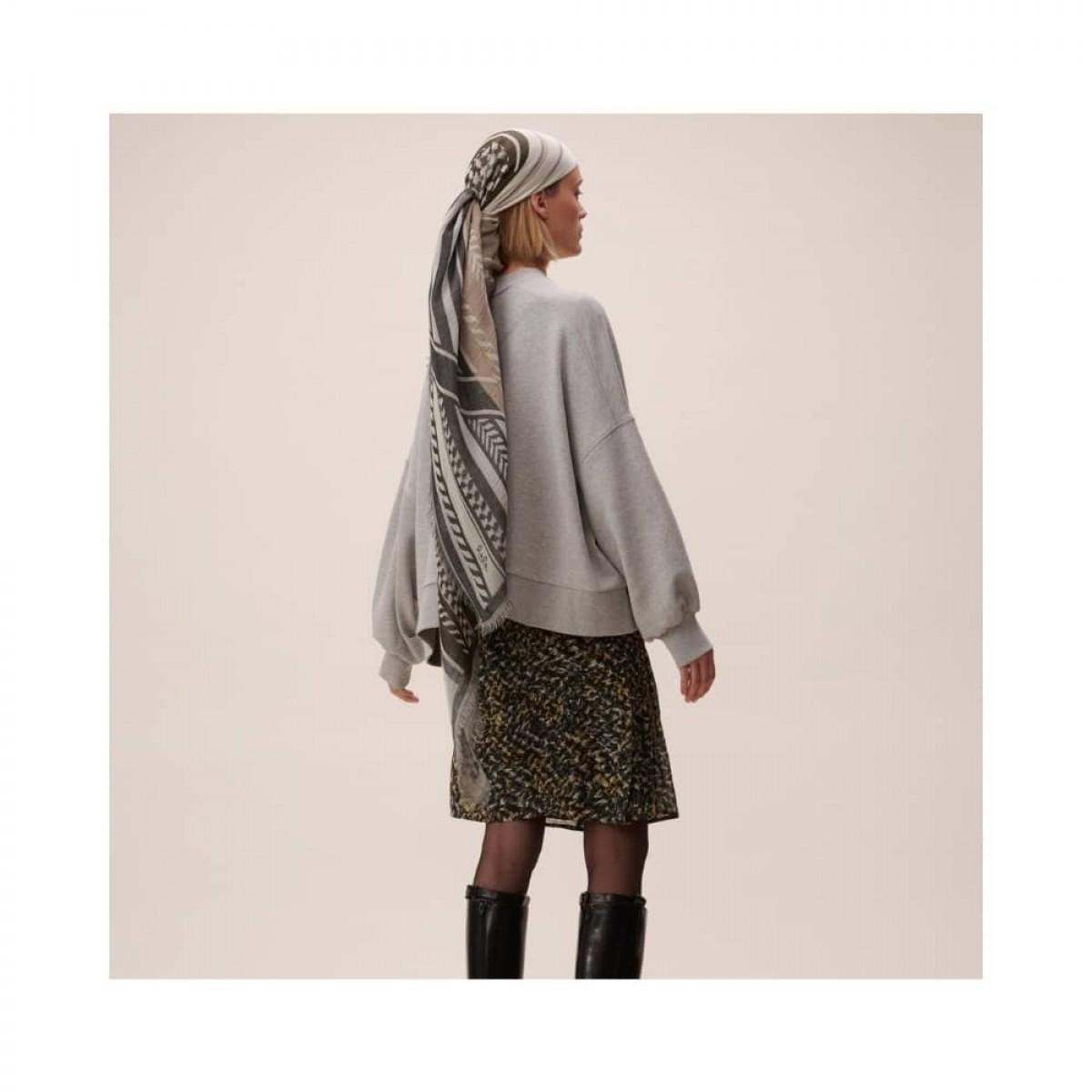 scarf agnes - olivie - model fra ryggen