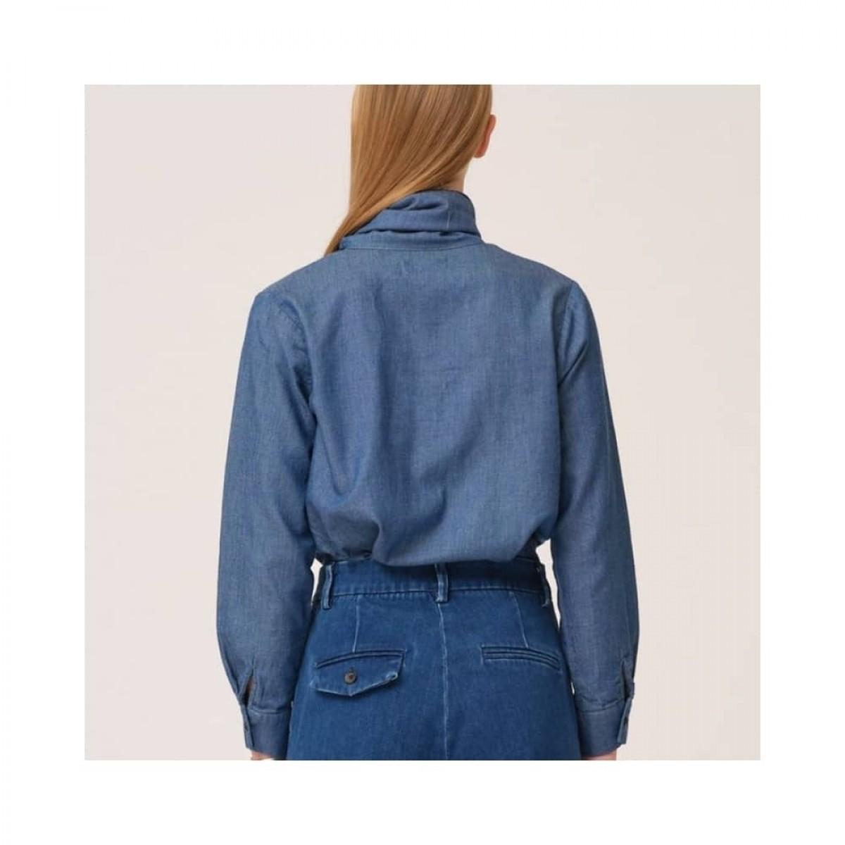 marston bow shirt - denim blue - model ryggen