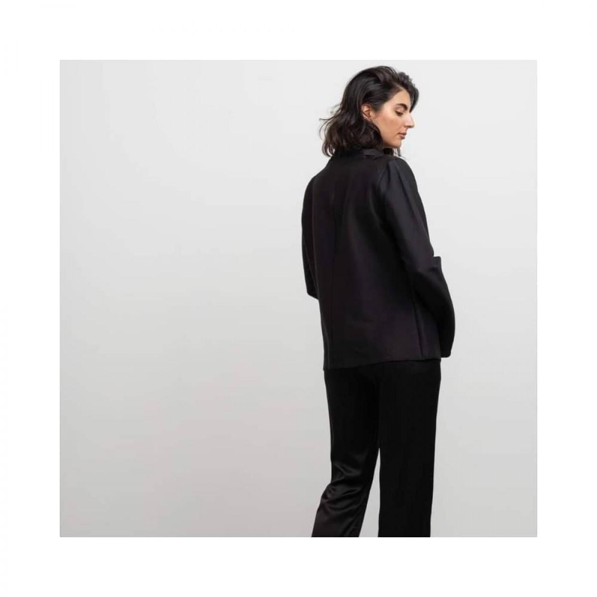 bella wool blouse - black - model ryg