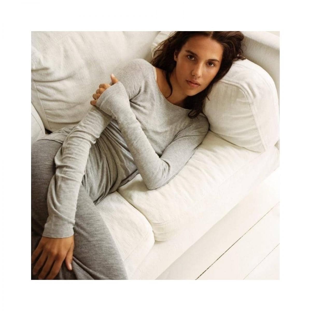 karina pants - grey melange - model på sofa