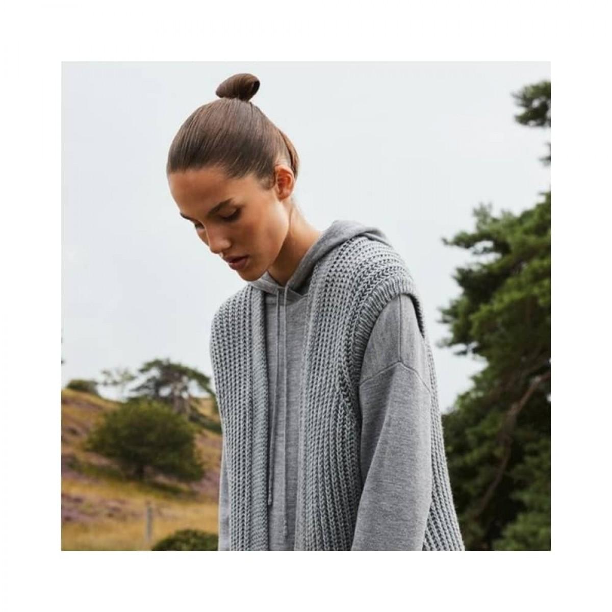 jenna merino hoodie - grey melange - model front