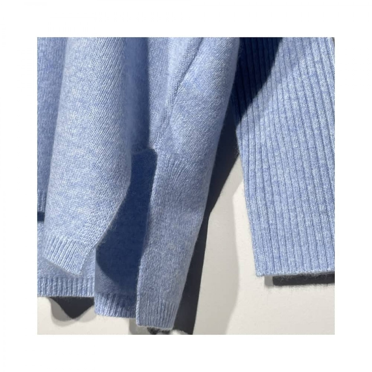 agnes strik - light blue melange - slids detalje