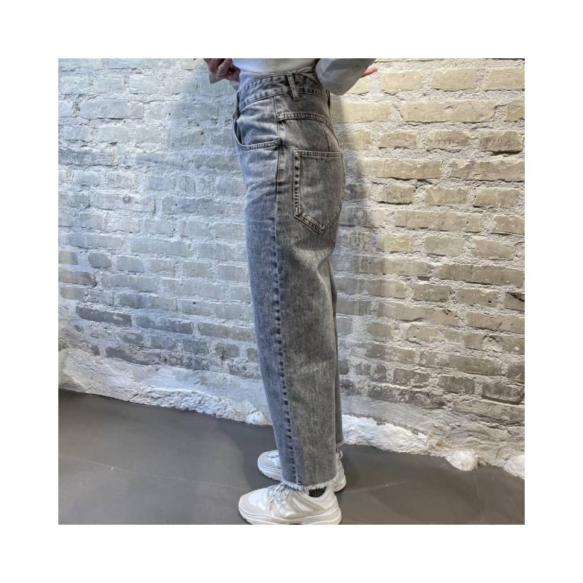 laliskasr jeans - grey - model fra siden