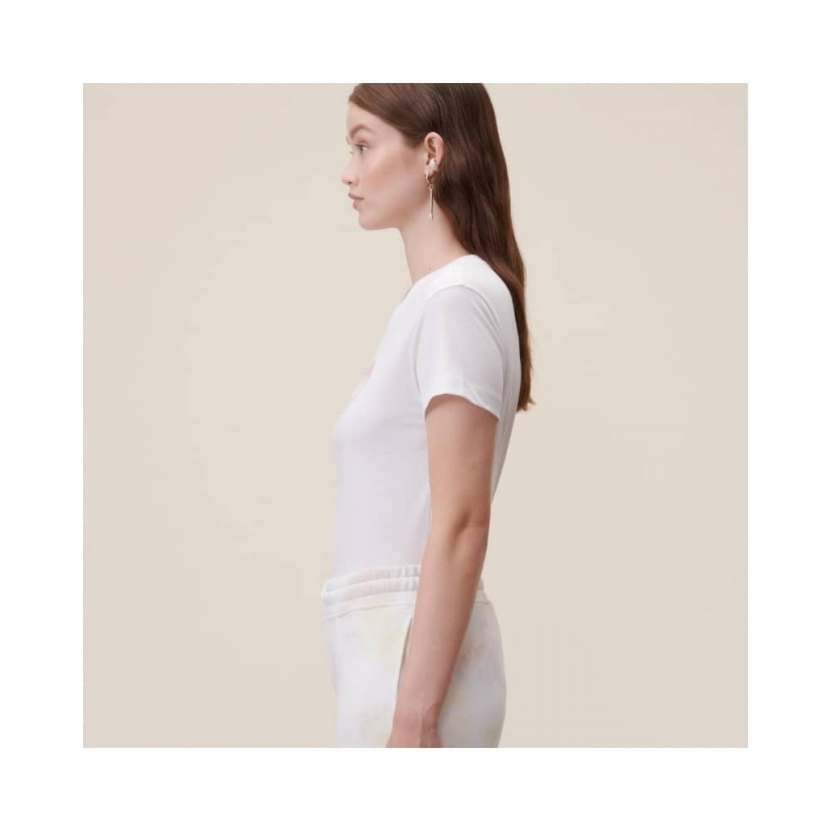 cara aquarelle pink t-shirt - model fra siden