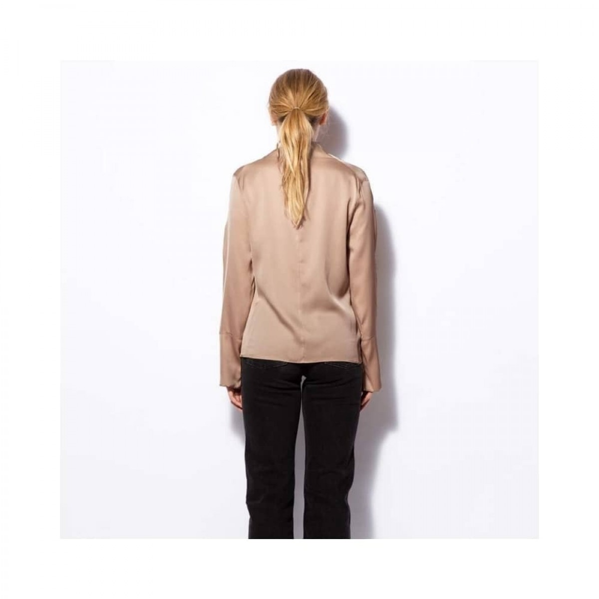 ayumi bluse - sand - model ryggen