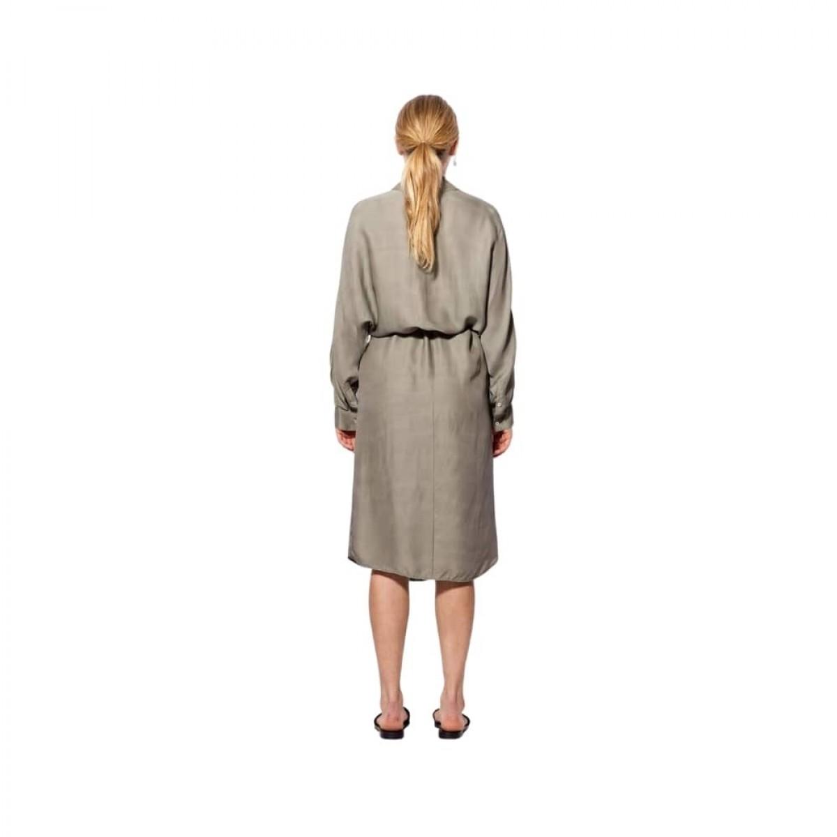 gia kjole - light military - model ryggen