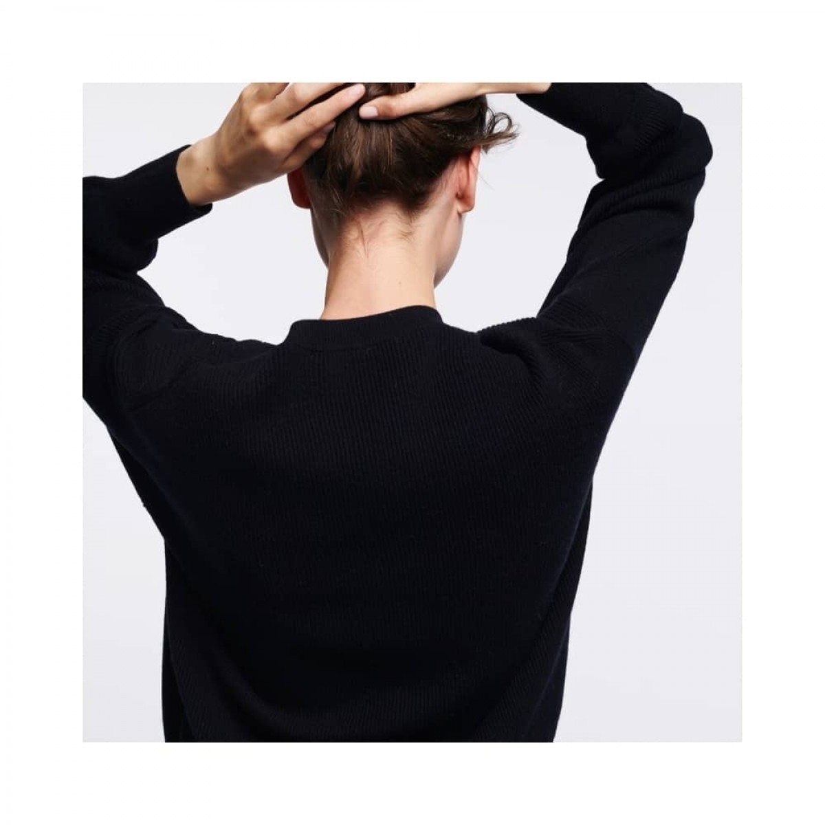 sam v-hals strik - black -model fra ryggen