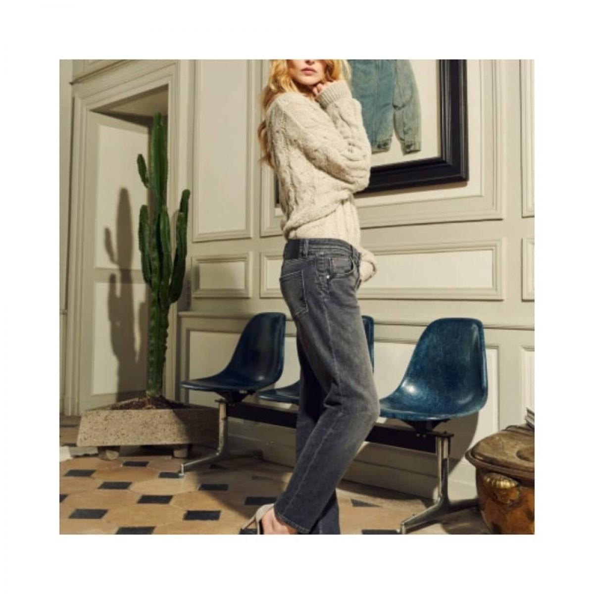 nina boyfriend jeans - grey - model fra siden
