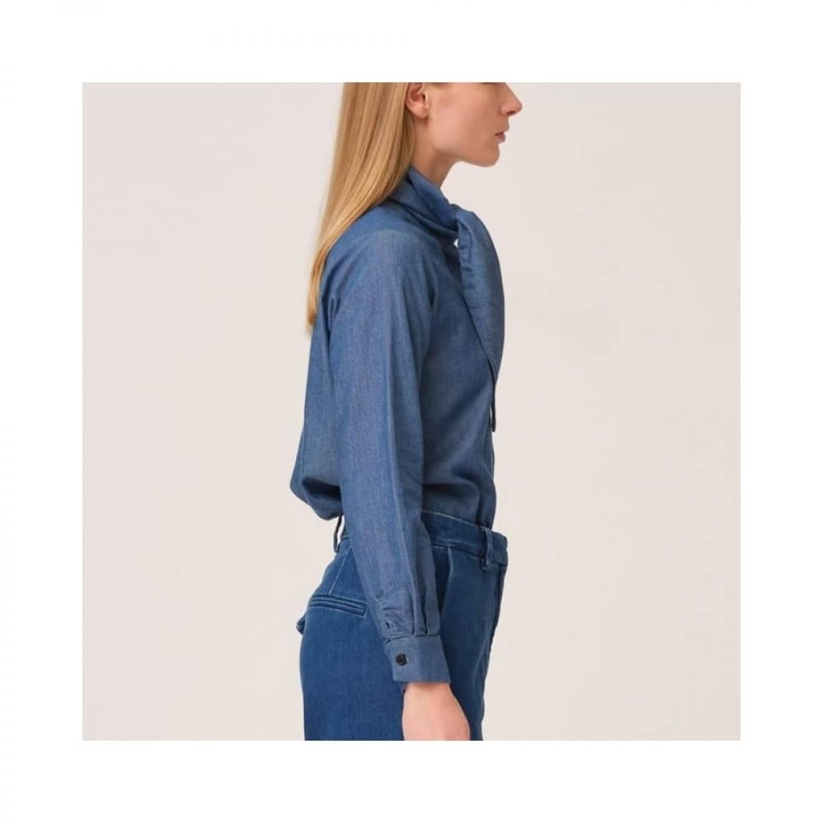 marston bow shirt - denim blue - model fra siden