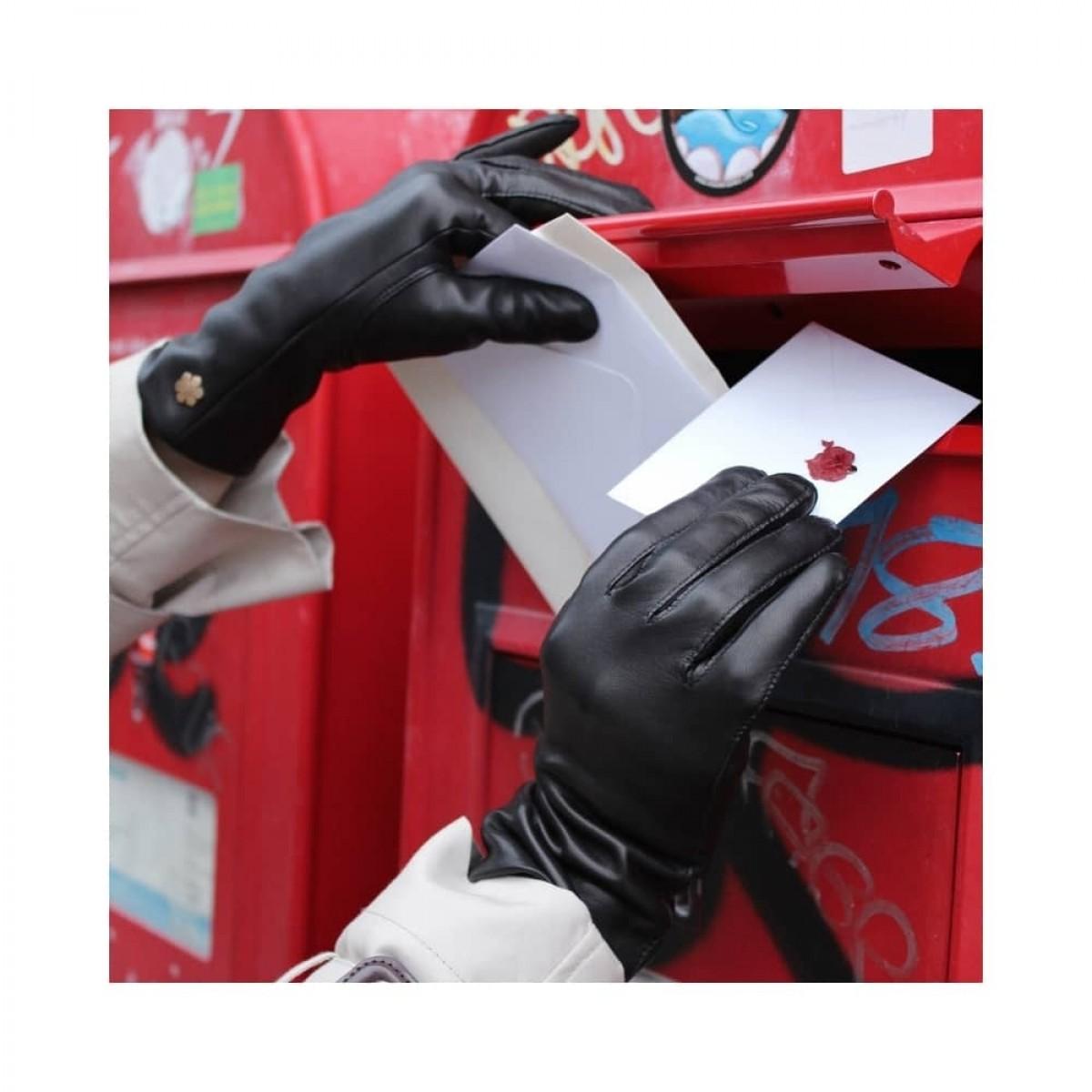 anna handske - black - model ved postkasse