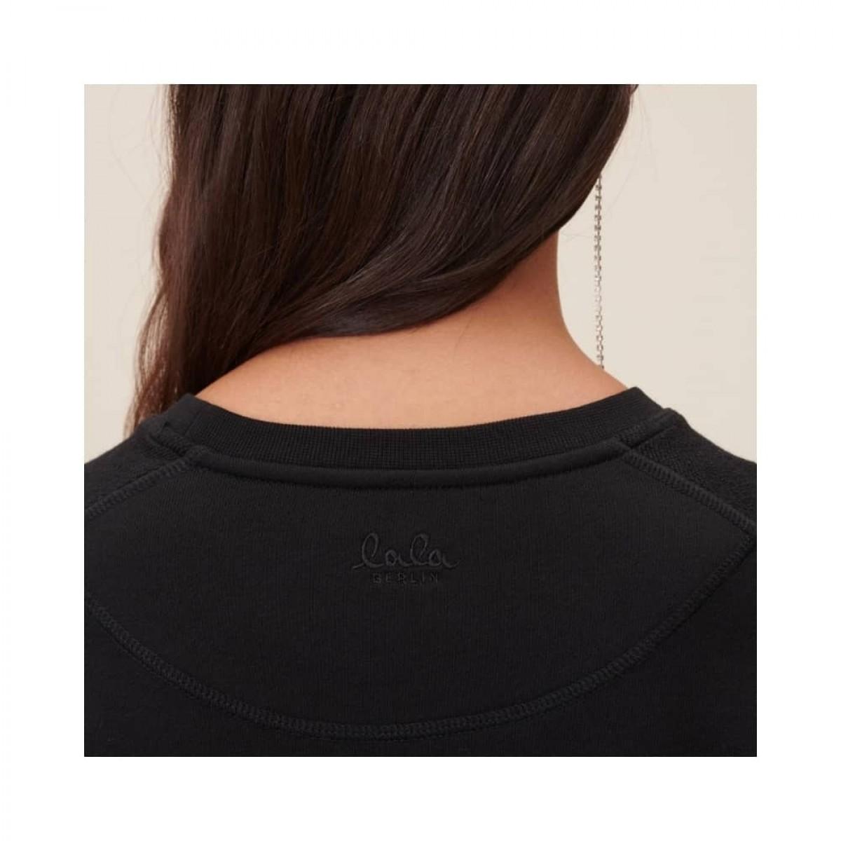izola sweat - black - model logo på ryg