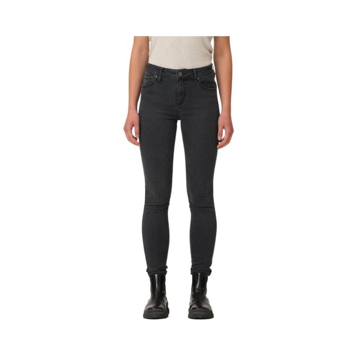 dylan slim jeans - denim blue - model tæt på
