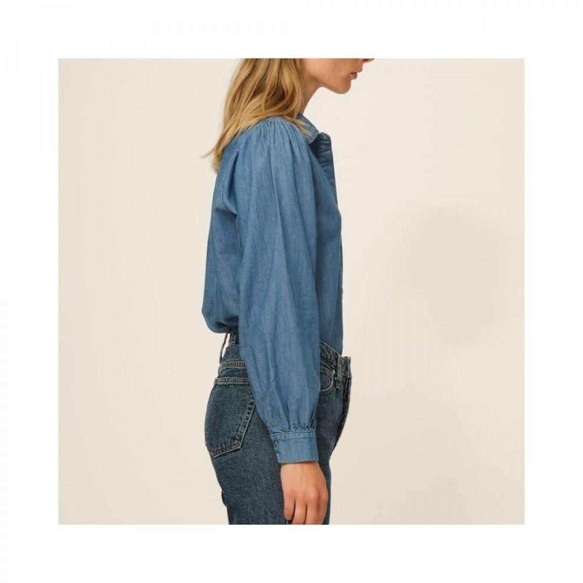 hepburn 70's skjorte - denim blue - model fra siden