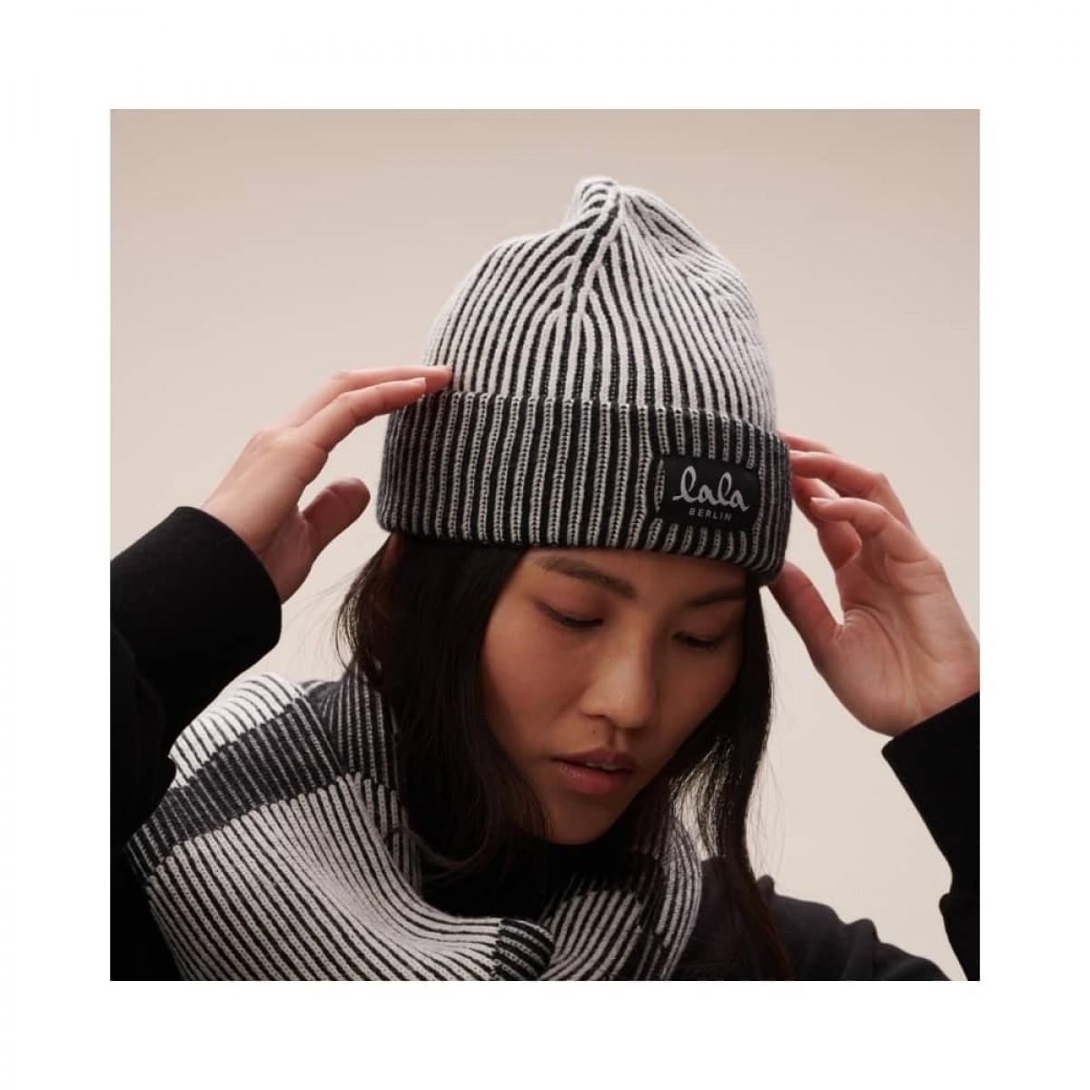 cap lines hue - offwhite - model oppefra