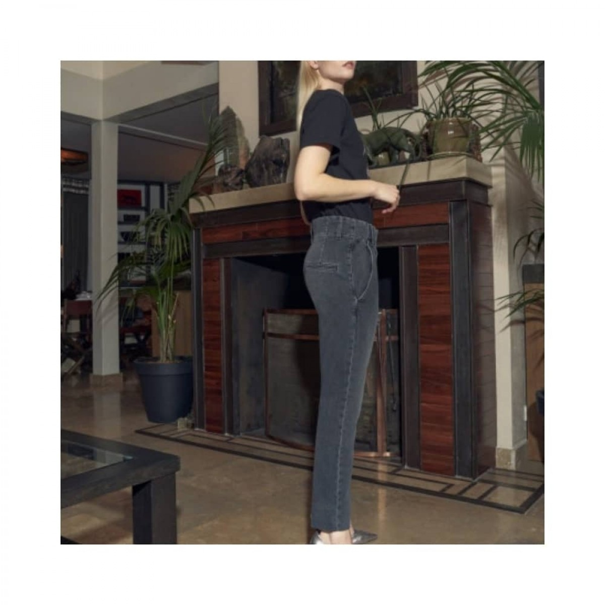lenny jeans - grey - model fra siden
