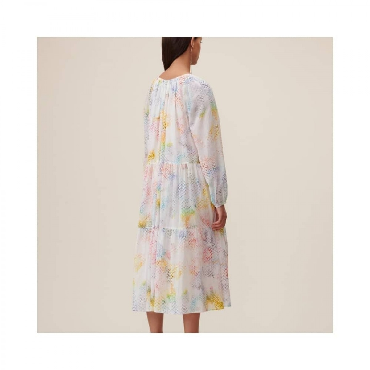 dorian kjole - rainbow kufiya - model ryggen