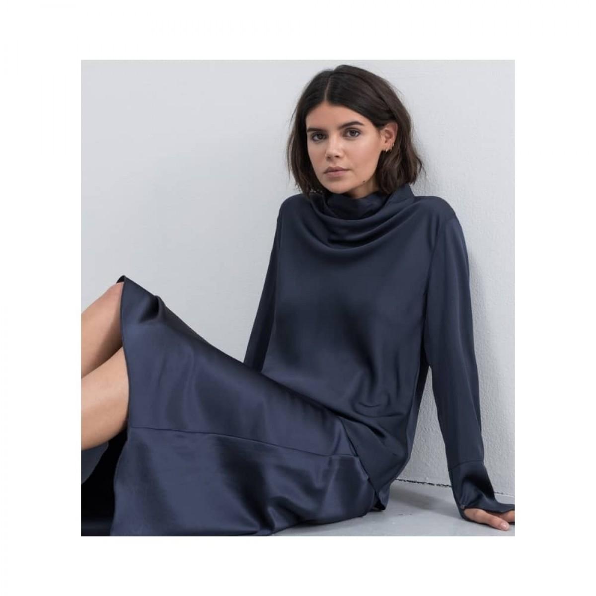 ayumi bluse - blue grey - siddende model