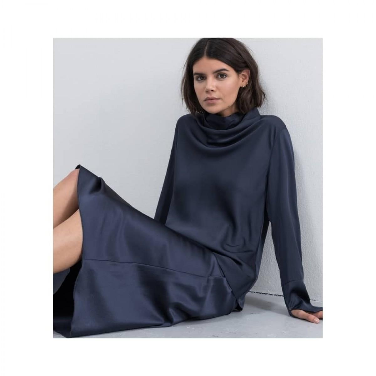 hana nederdel - blue grey - siddende model